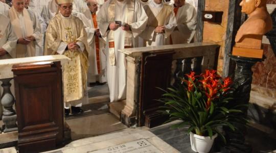 Mons. Becciu sulla tomba del beato Novarese