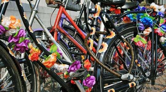 Disabili al lavoro per riparare biciclette abbandonate