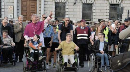 I disabili accompagnano il nuovo vescovo di Brescia
