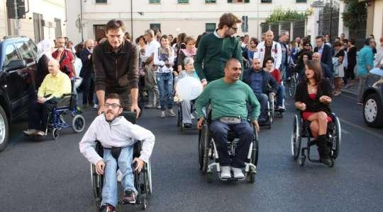 Una passeggiata per provare la disabilità