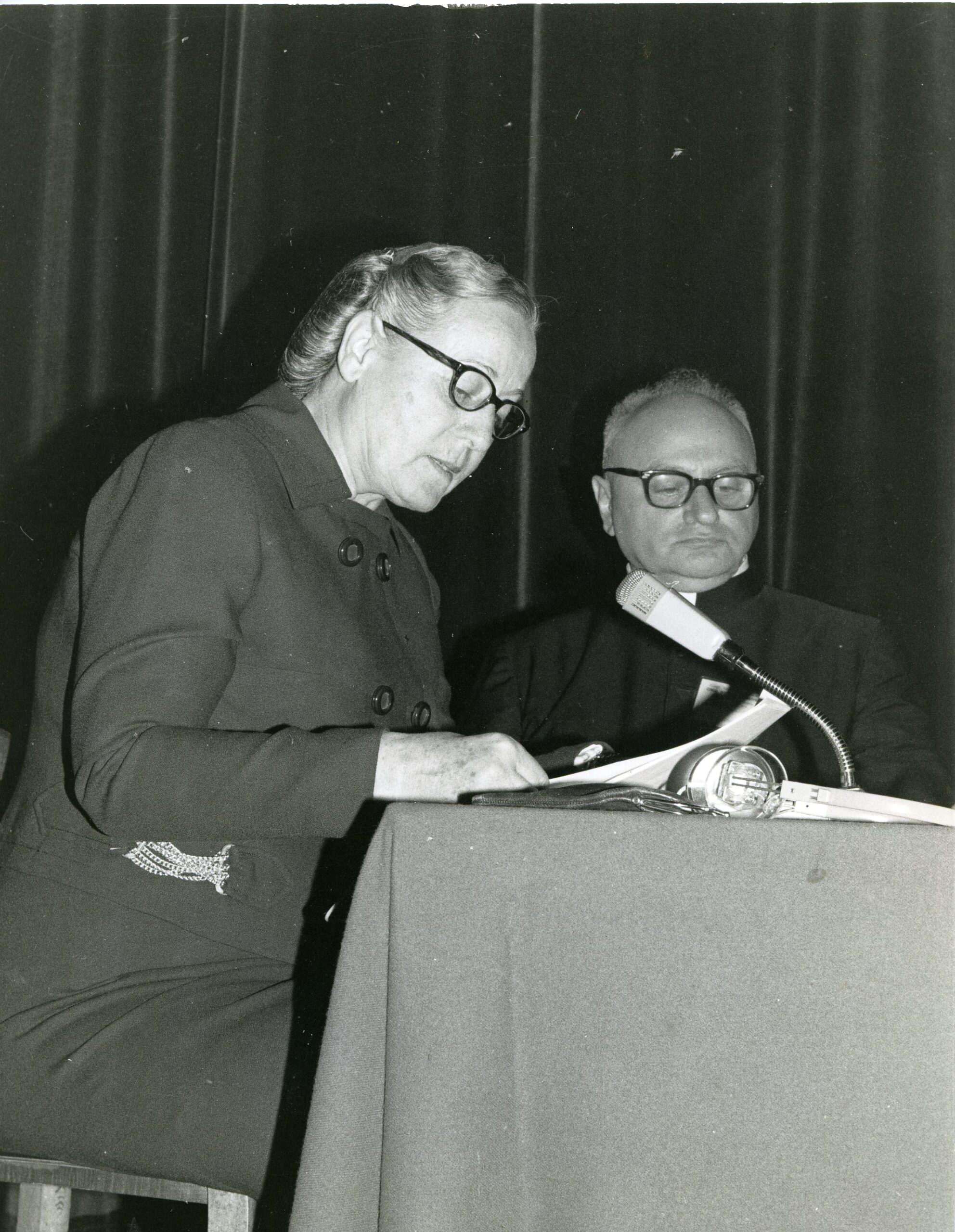 Sorella Elvira Myriam Psorulla e il beato Luigi Novarese a a Paray Le Monial nel 1975